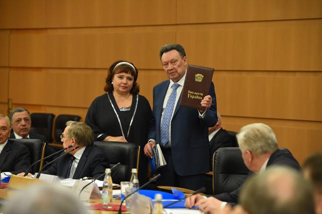 Н.И. Карпачёва передаёт председателю Международного союза юристов Приветственный адрес председателя Союза юристов Украины В.А. Евдокимова, а также юбилейное издание книги «Европейское сердце прав человека», посвящённое 25-летию Европейского Института Омбудсмена.